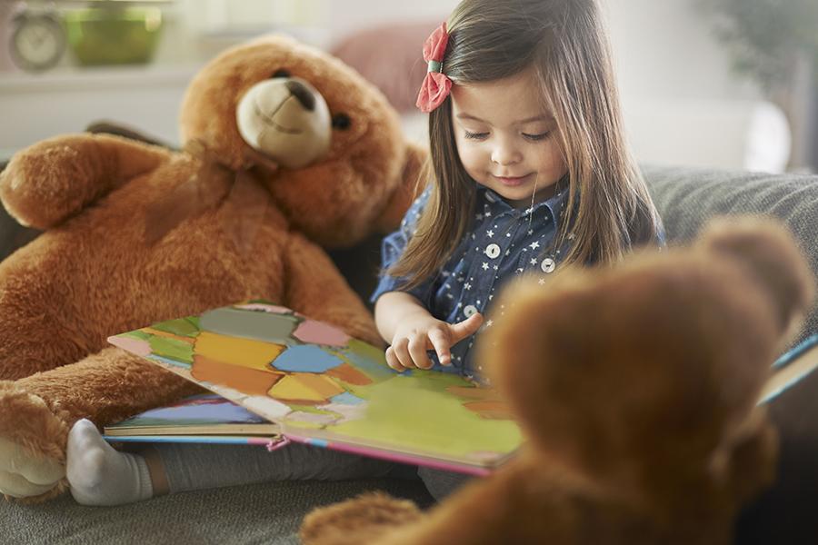 menina lendo livro de histórias da fundação abrinq