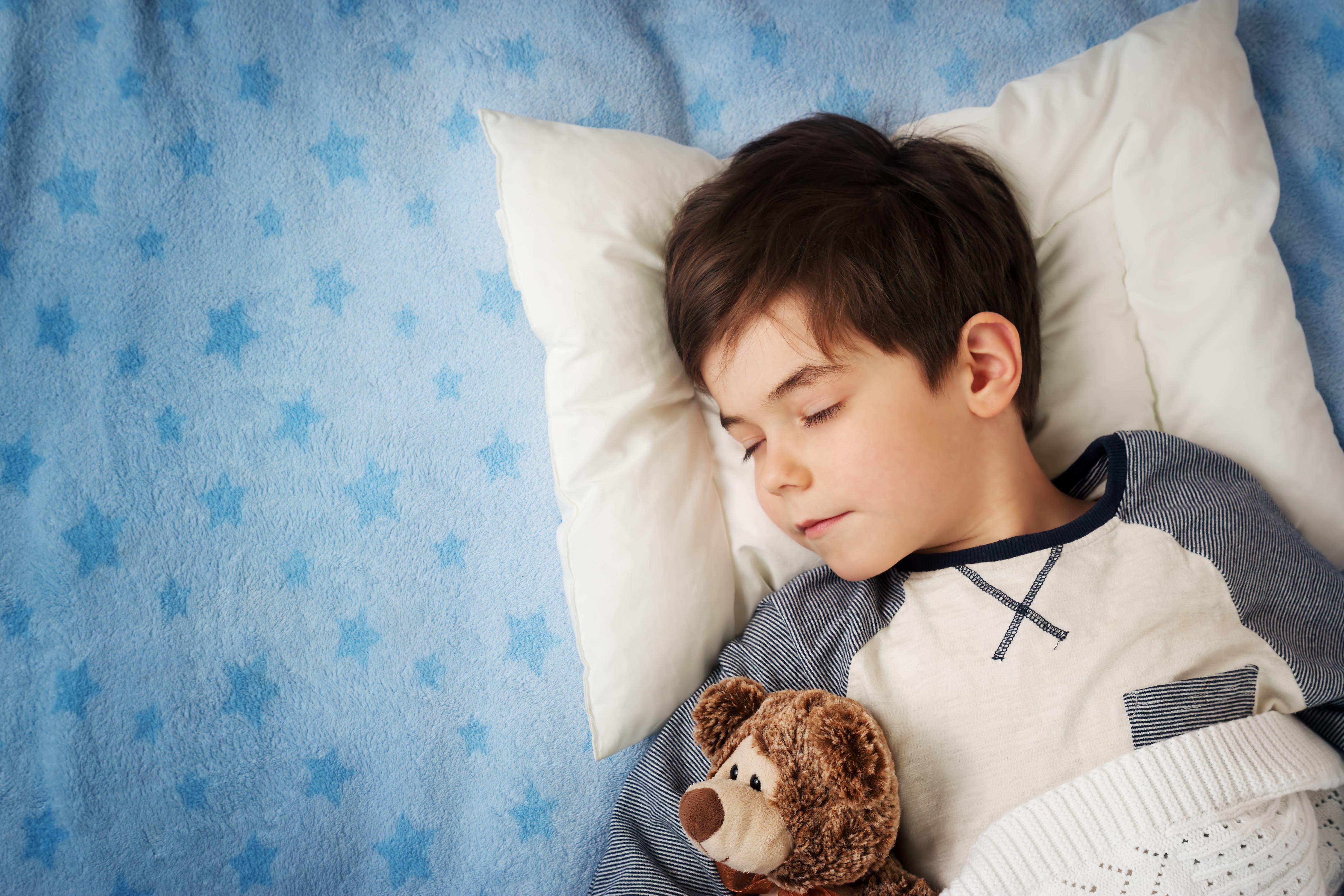 criança de 6 anos dormindo