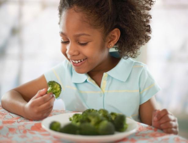 Criança comendo Vipzinho