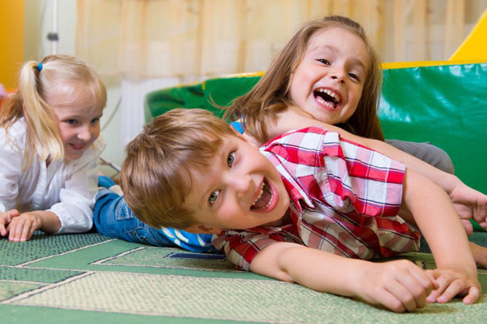 crianças brincando espaço kids