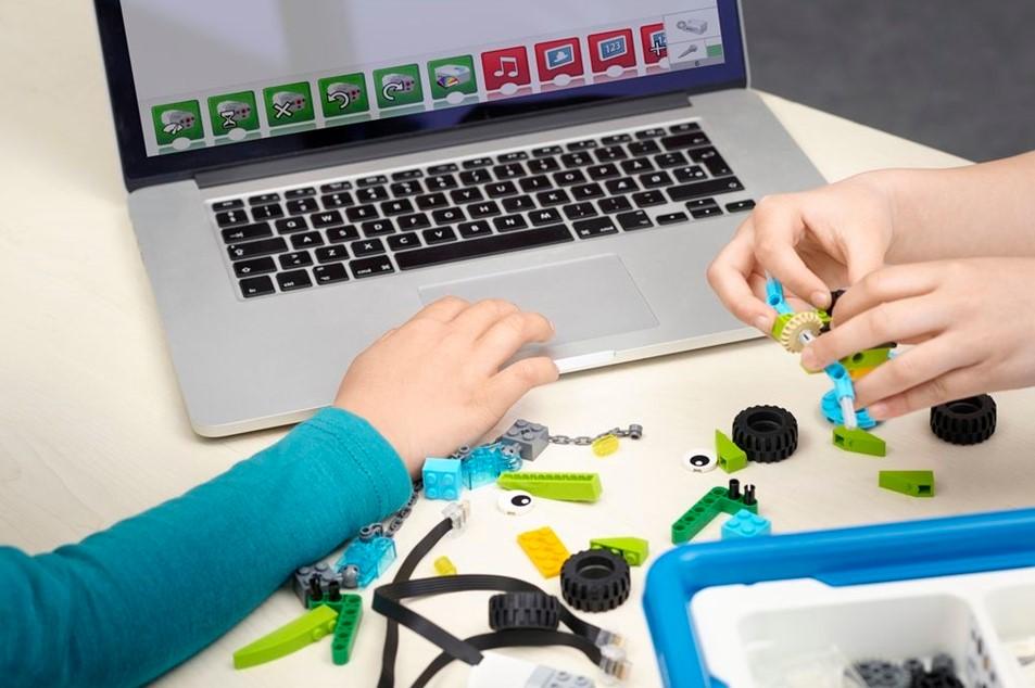Crianças aprendendo programação no Vipzinho