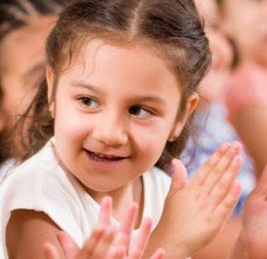 Crianças vendo teatro