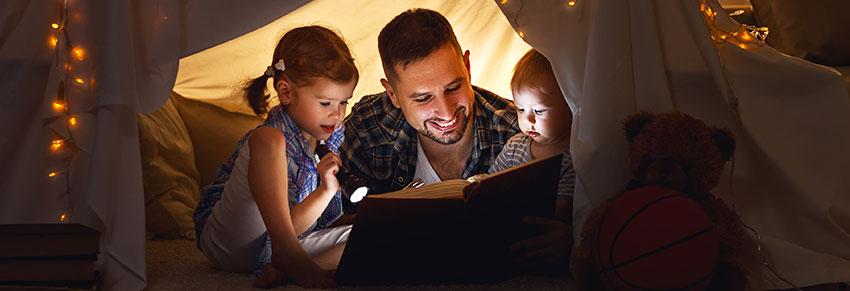 Criança pai lendo livro