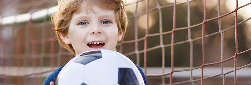 Criança com bola de futebol