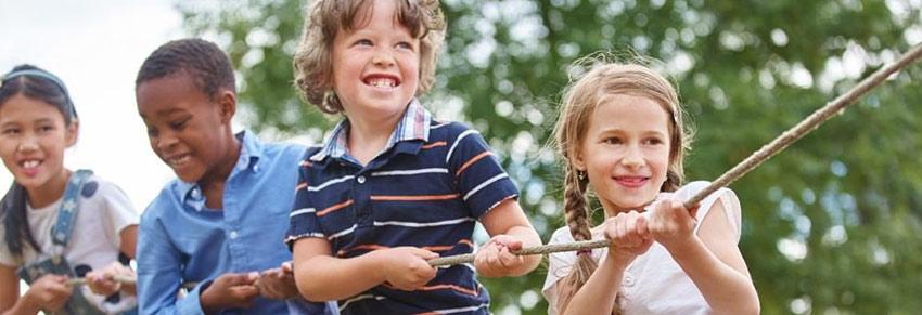 crianças no parque brincando