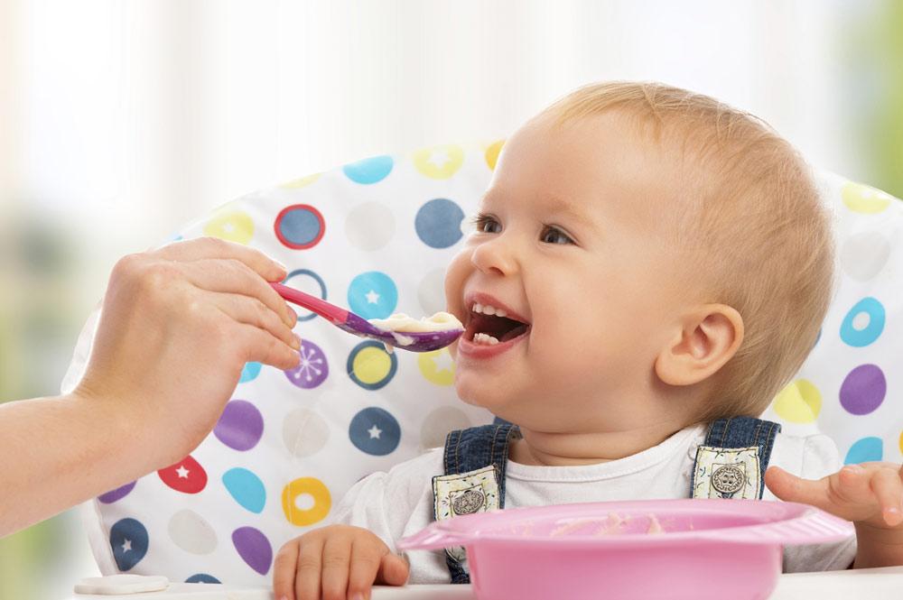 bebê comendo Vipzinho