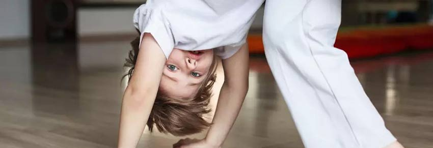 criança jogando capoeira vipzinho
