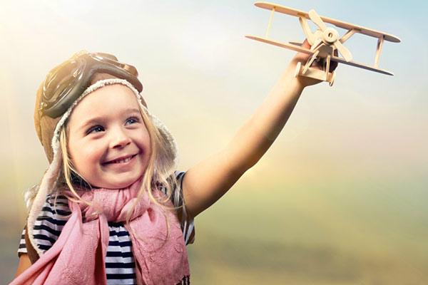 criança brincando com avião florais de bach
