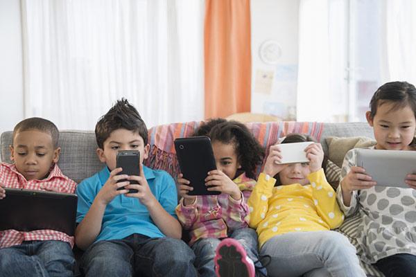 crianças no celular vipzinho