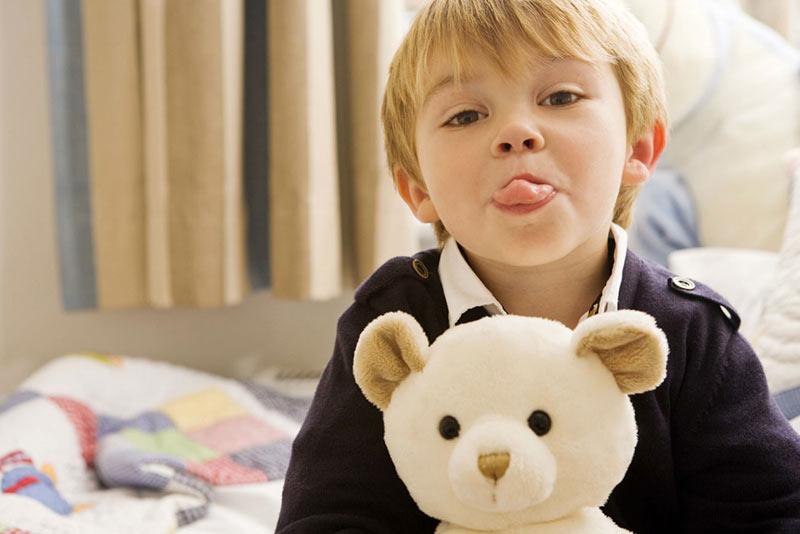 educação consciente criança mostrando a língua
