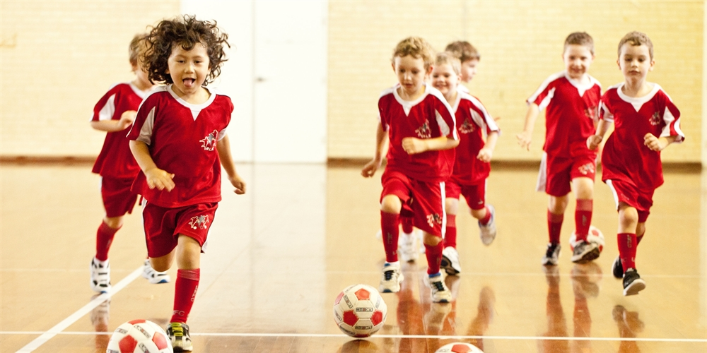 escola de futebol little kickers traz cursos de futebol com inglês