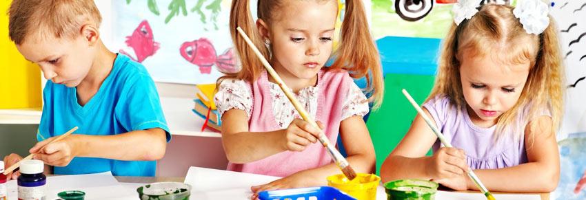 criança pintando cartaz vipzinho