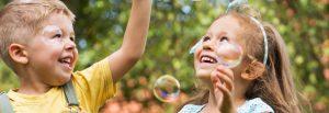 crianças brincando com bolha de sabão