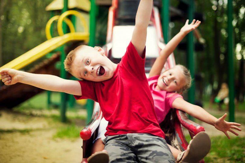 crianças brincando parque