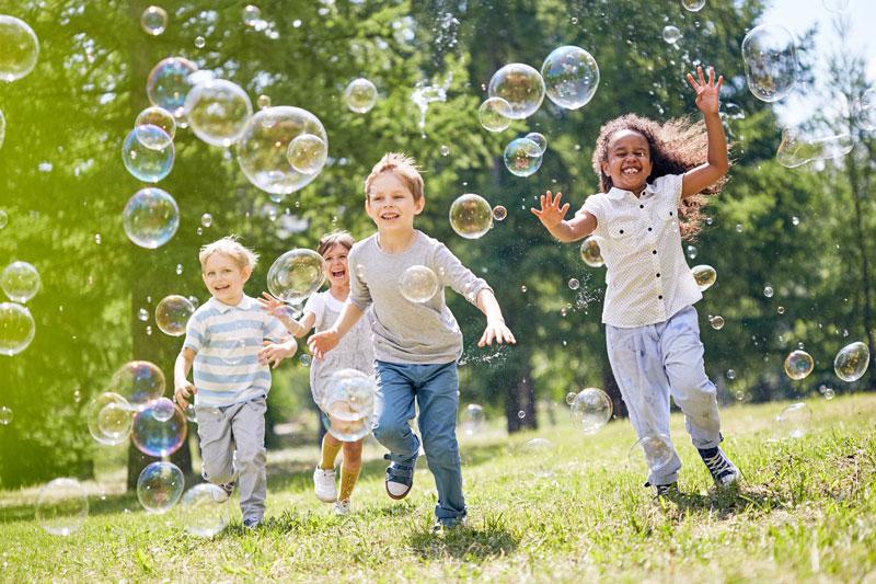 Crianças bolhas de sabão / Parque Santa Helena no Portal Vipzinho