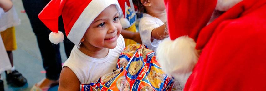 criança recebendo presente beneficente