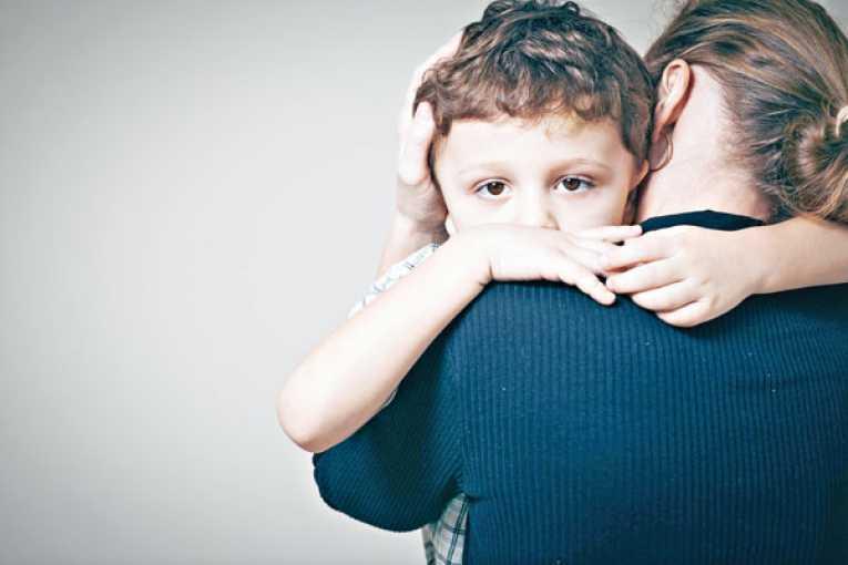 mãe segurando filho