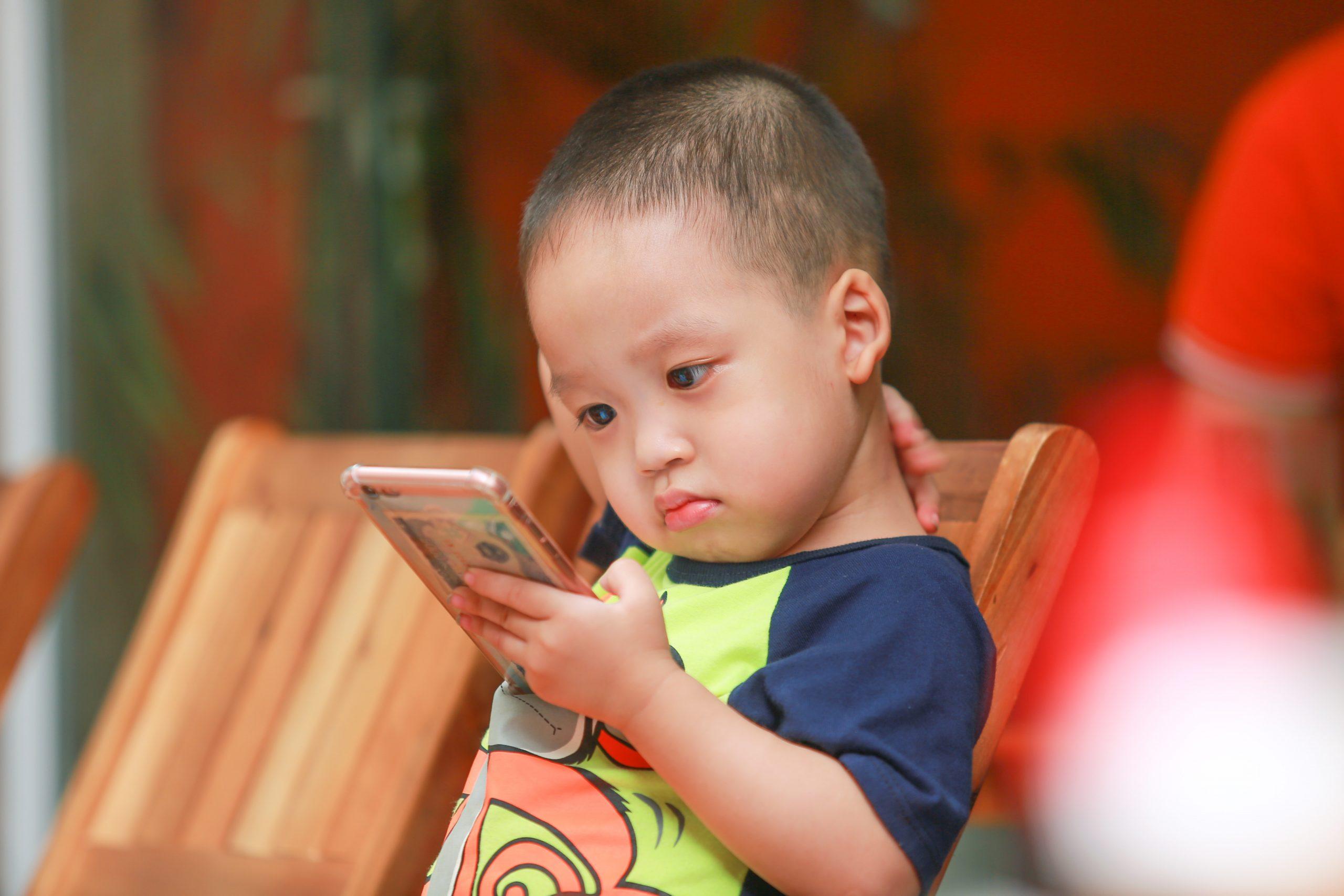 Apps ajudam pais a controlar uso de celular pelas crianças no vipzinho
