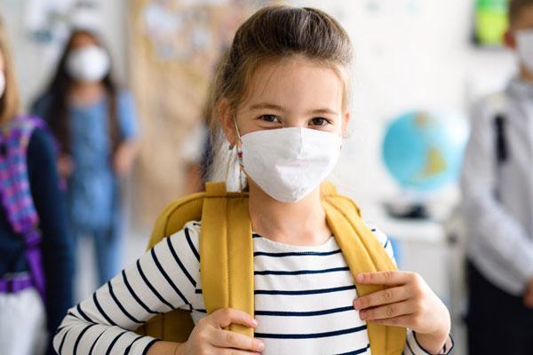 criança voltando ao colégio na pandemia com vipzinho