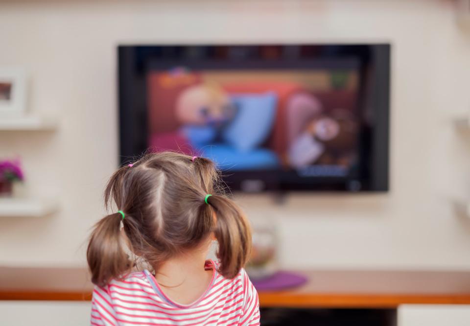 crianças vendo canal do centro educacional galileu no vipzinho