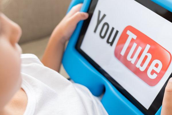 crianças em canal no youtube da escola com vipzinho