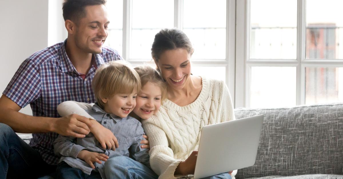família vendo vídeo no vipzinho