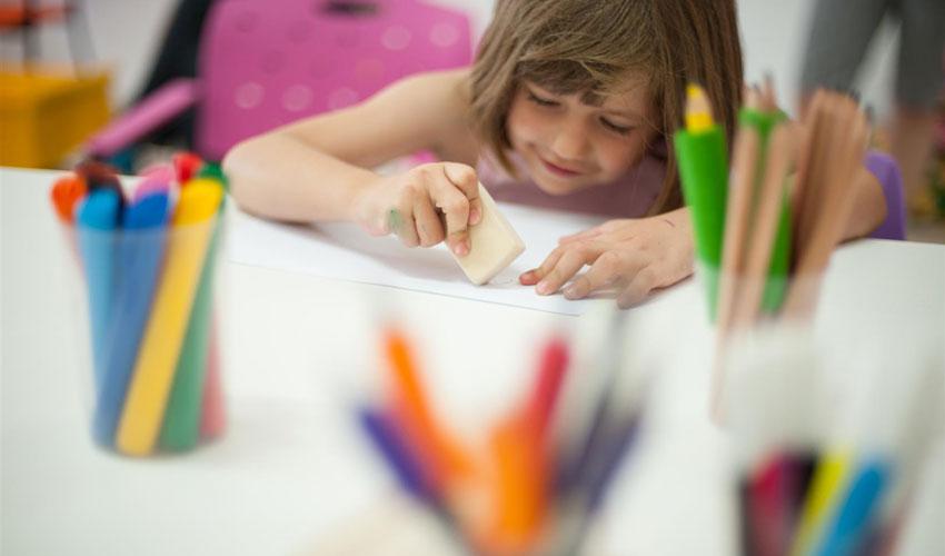 utilizando materiais da papelaria dos estudantes com vipzinho
