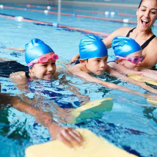 criança nadando feliz na peixinho dourado com vipzinho