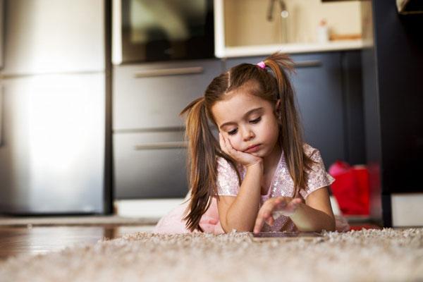 criança entediada na pandemia no vipzinho