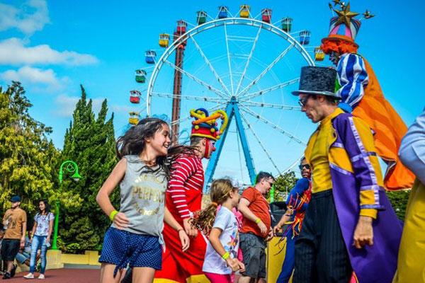 crianças no parque de diversão com vipzinho