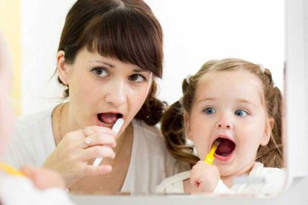 escovar os dentes com os pais no vipzinho
