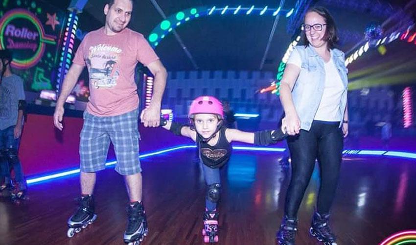 família na roller dancing no vipzinho