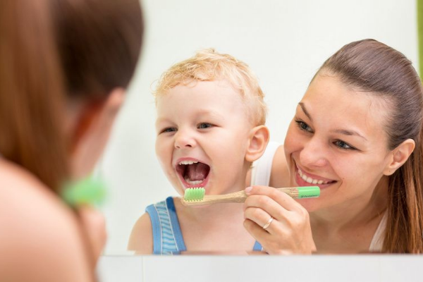 Supervisionar a higiene bucal das crianças é fundamental para evitar cáries - Portal Vipzinho