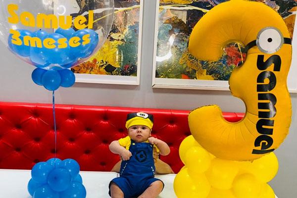 mesversário com balões da mika no vipzinho