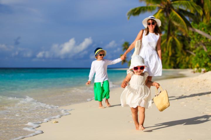 crianças brincando na praia no vipzinho
