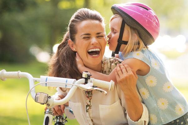 crianças de bicicleta na ciclofaixa com vipzinho