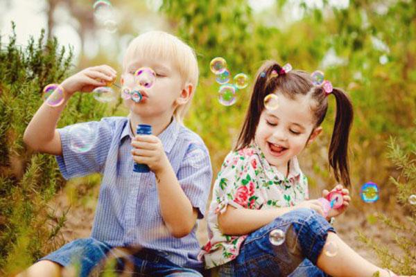 crianças brincando no vipzinho