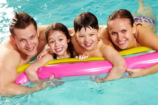 família brincando na piscina